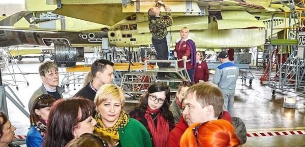随便看随便摸!俄绝密战斗机工厂开放参观