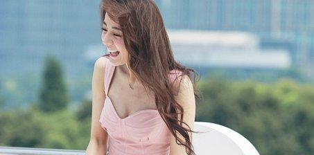迪丽热巴穿超短粉裙晒大长腿