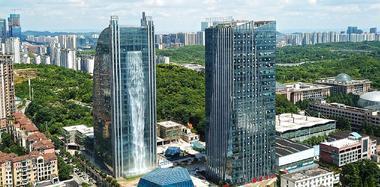贵阳百米高楼喷出瀑布 1小时电费800元