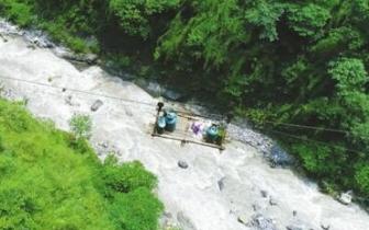 崇州山体垮塌 218名村民被困14天 400米索道成生命线