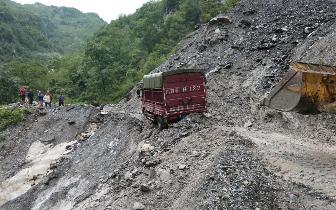 载牛货车遭遇泥石流被冲悬崖边 警民联手用铲车救援