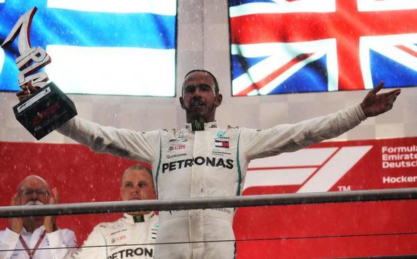 F1德国站下了场雨全乱套 小汉狂飙夺冠激动落泪