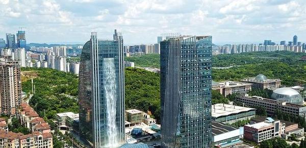 百米大楼喷出瀑布 开放一小时电费800元