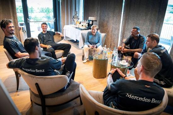 默克尔在世界杯开始之前探访队员