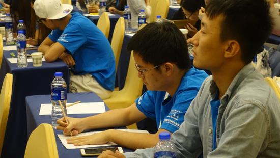 在场记笔记的香港大学生