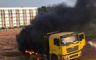 昨日遂宁某建筑工地一货车挂断电线致起火燃烧,消防部门紧急处置