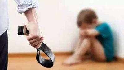 男孩偷家里钱被父亲暴打 母亲将挨打视频传网上