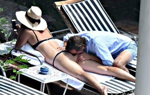 莎娃度假被男友亲吻臀部