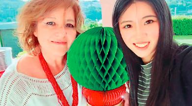 林颜晶(右)与玛丽亚在家庭聚会上合影