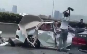三环小车追尾大挂车被撞烂 车上人员暂无生命危险