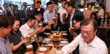 """韩国总统文在寅现身酒吧与民众""""把酒言欢"""""""
