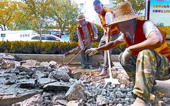 市政工人头顶烈日开挖路面