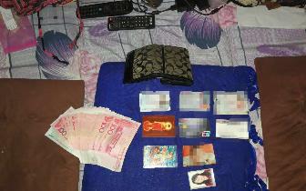 北京游客阿坝旅游钱包遗失 老板追百米归还婉拒酬金