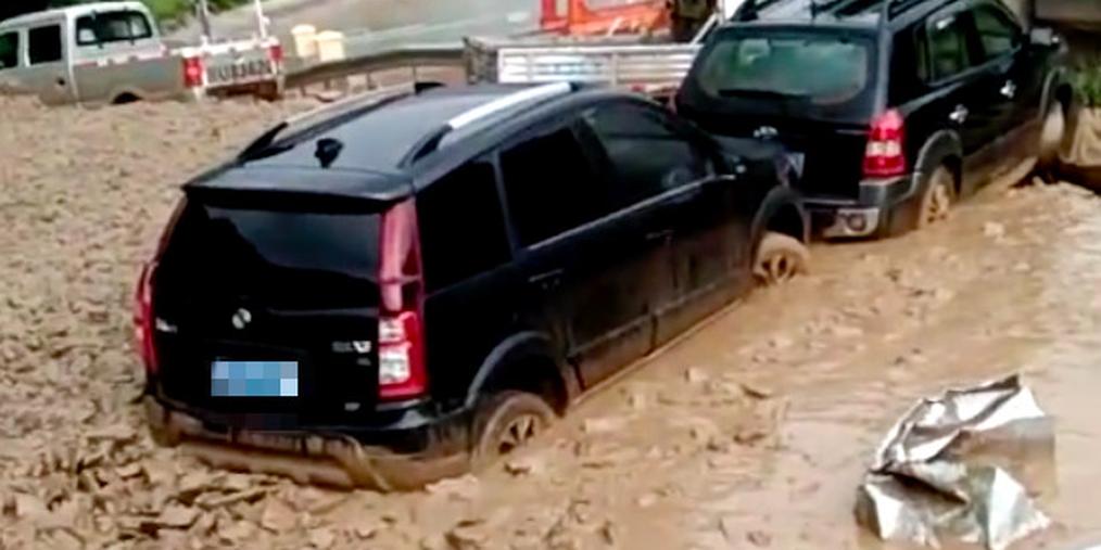 视频|阿坝突发泥石流将3辆车推下山崖阻断道路目前已抢通!