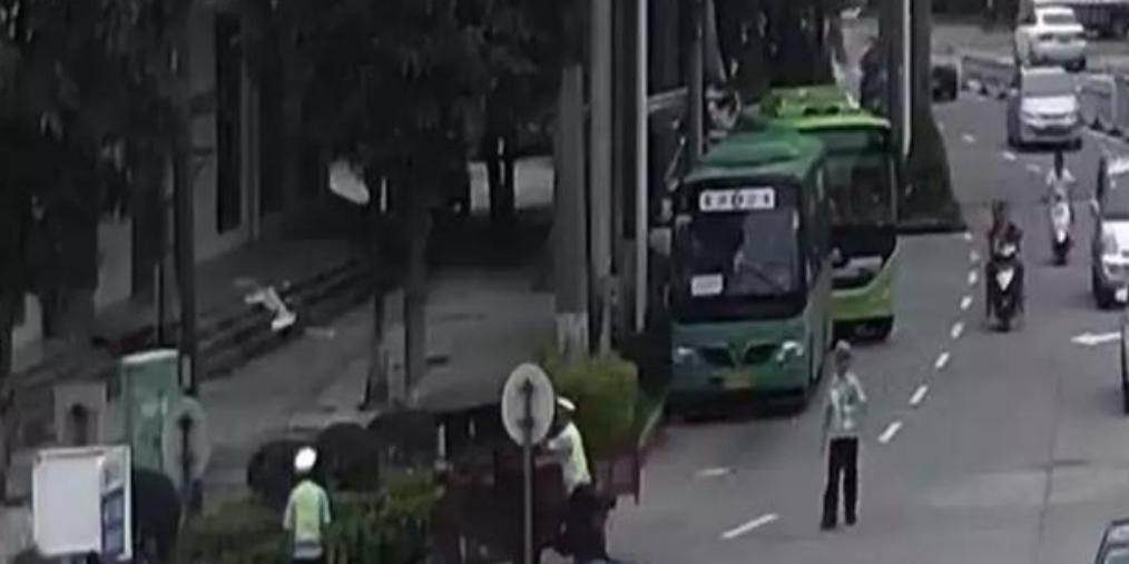 东兴这辆三轮车连冲两卡 被交警截停!