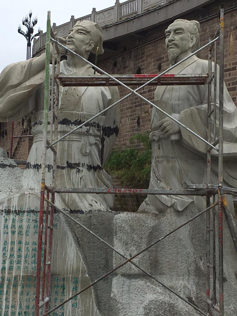 """宜宾洪水中""""醉倒""""的苏轼石像,修复加固后重新站了起来"""