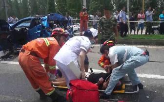 德阳罐车撞击车祸轿车致二次追尾 6车相撞6人受伤1人进ICU