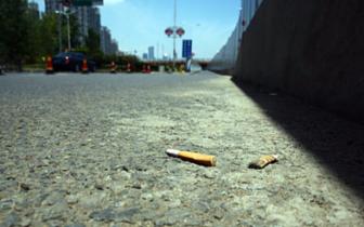 道路上烟头四布 灭烟设备的垃圾桶结起蜘蛛网