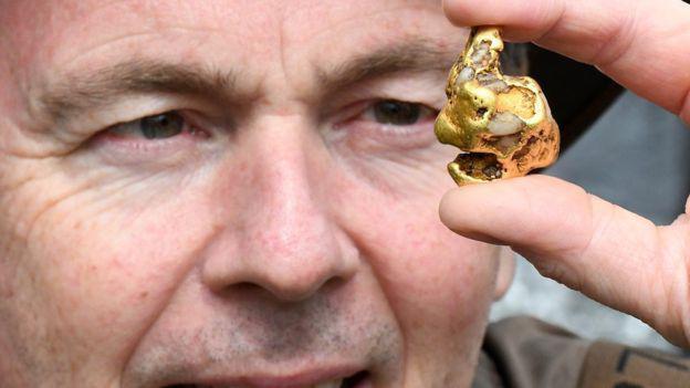 英国须眉淘到500年不遇天然大年夜金块 可能被皇家收走