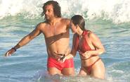 马塞洛与娇妻水中嬉戏