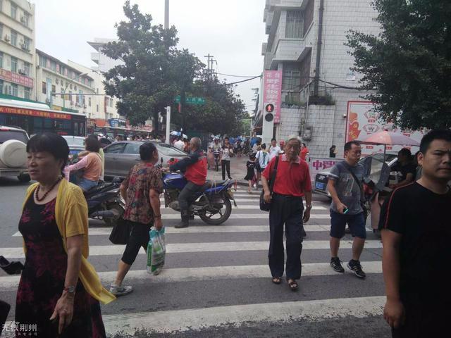 创文聚焦:太危险!荆州花台路口竟发生这样的事
