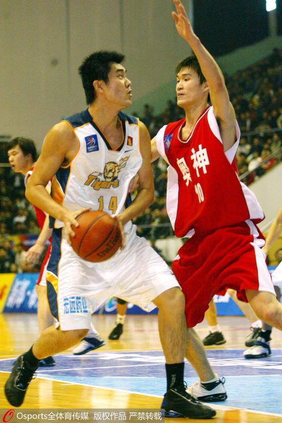 2003-2004赛季:效力于奥神队的霍楠防守王仕鹏