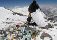 """珠穆朗玛峰获新""""最""""瞩目:世界最高垃圾堆"""