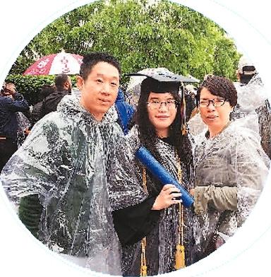 罗小玲(右)参加女儿的毕业典礼(图片源于人民日报海外版)