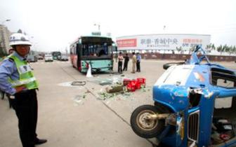 绵阳一客车与无牌电动四轮相撞,3人死亡