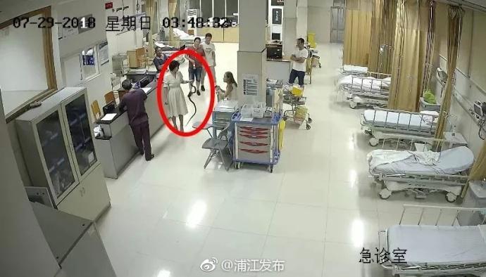 彪悍!20岁女子散步被蛇咬伤 徒手抓活蛇上急诊
