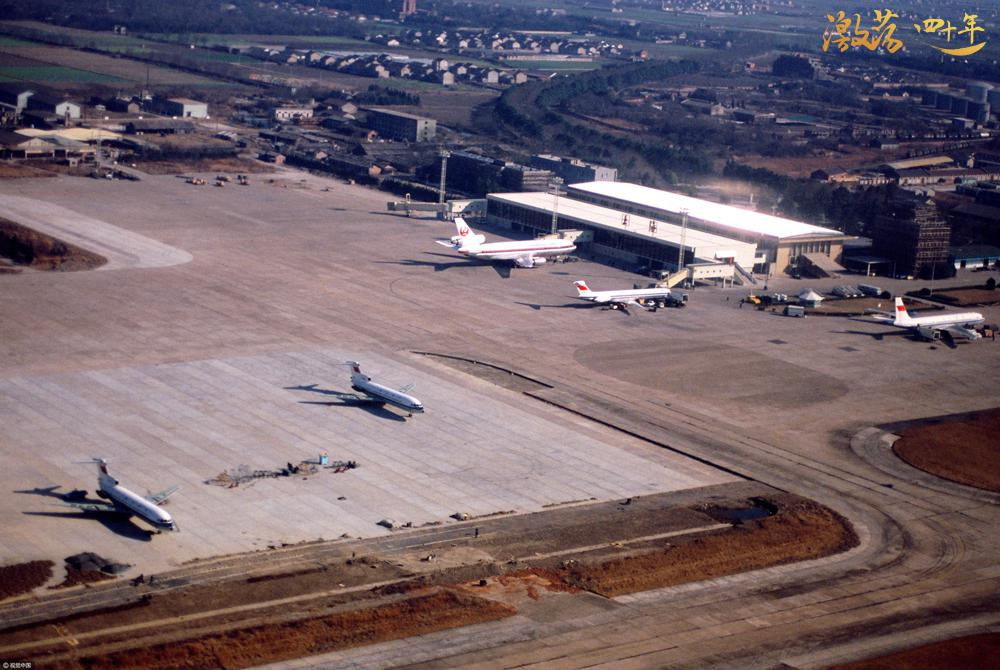 图为1982年,上海,俯瞰虹桥机场,航空运输。  图片来源:视觉中国