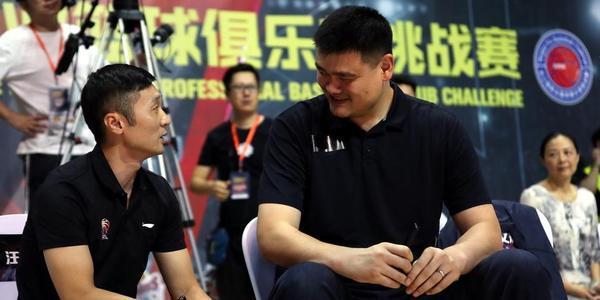姚明现身观战CBA夏季联赛 场边与刘炜寒暄