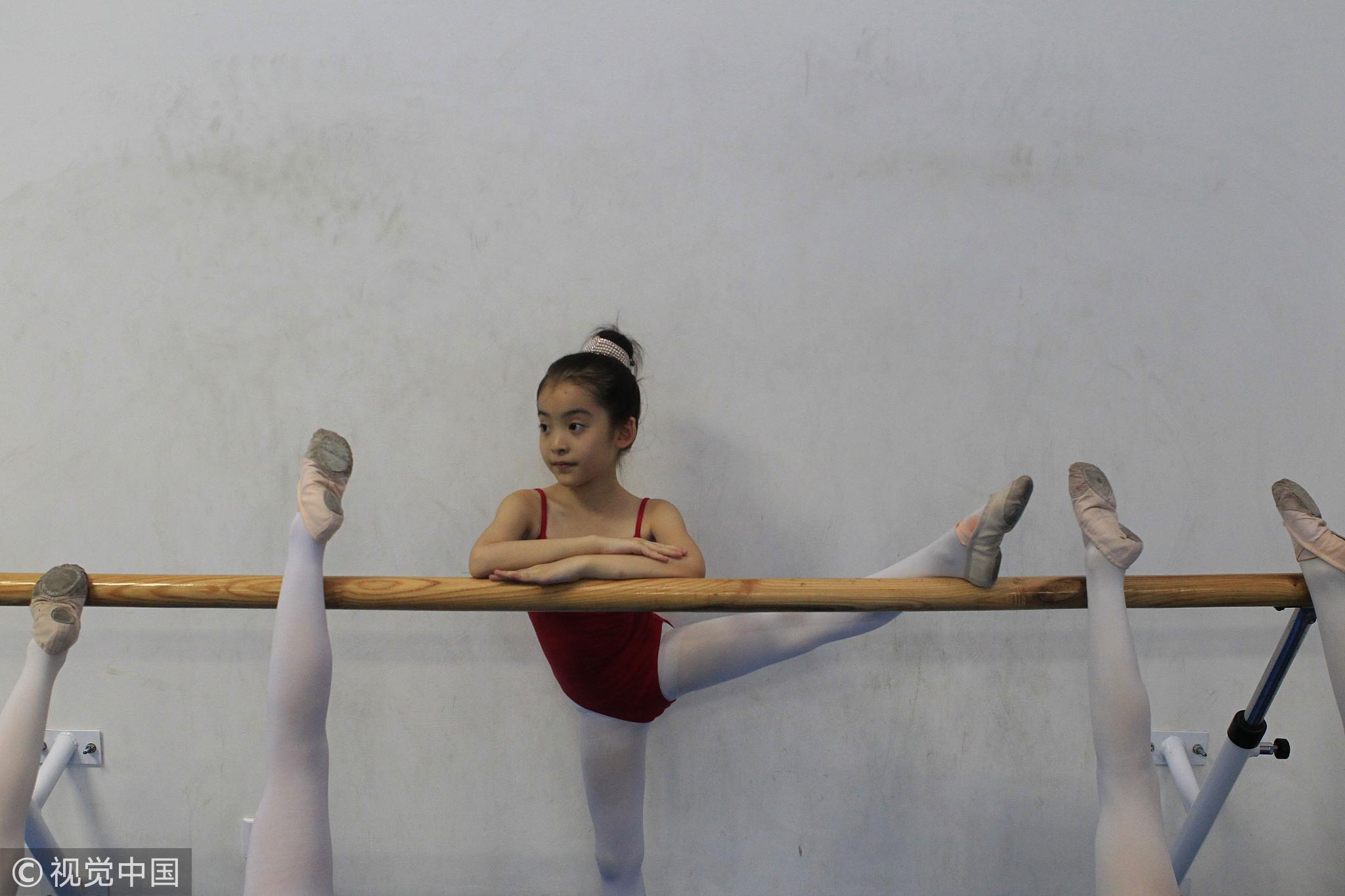 2018-11-15晚上,西安某舞蹈教室。该班有30多人,参加3个以上辅导班的有20多人。 / 视觉中国