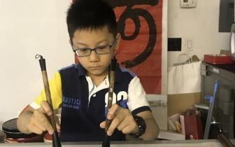 美国华裔少年苦练双手书法 望推广中国文化