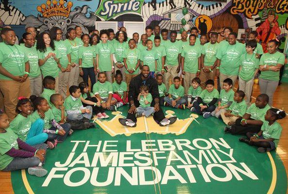 詹皇此生最大成就不是篮球而是慈善,最臭名昭著的决定都是为给孩子筹600万