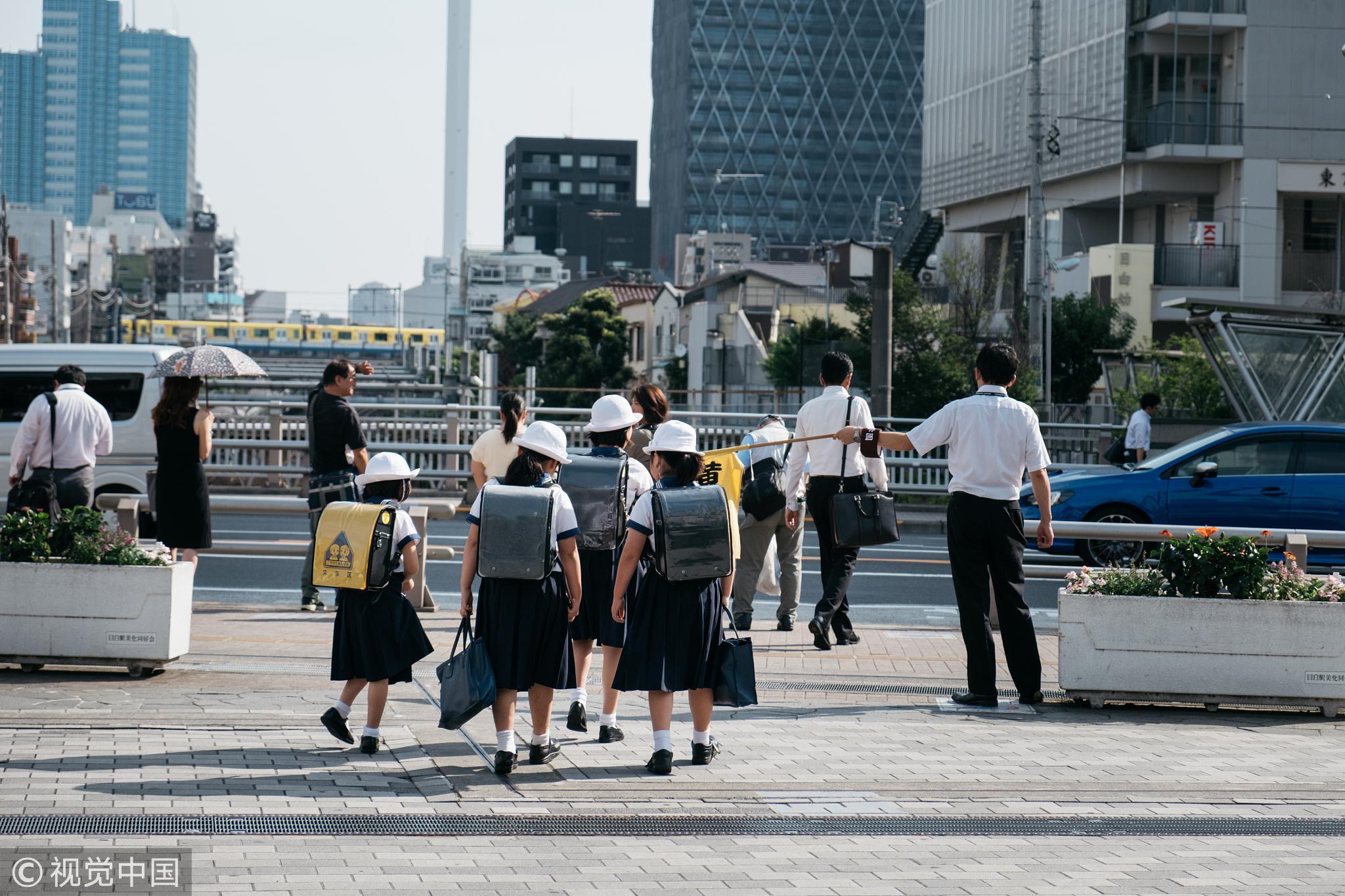 2018年7月,日本街头。日本的小学生是世界上最有辨识度的群体。 / 视觉中国