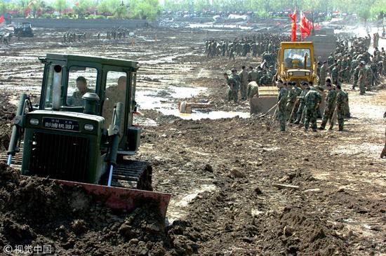2006年4月6日,江苏徐州市军民一万余人正在故黄河市区段参加参加黄河整治活动/视觉中国