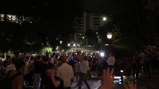 喜迎伊瓜因,球迷聚集米兰总部:我们要夺冠咯