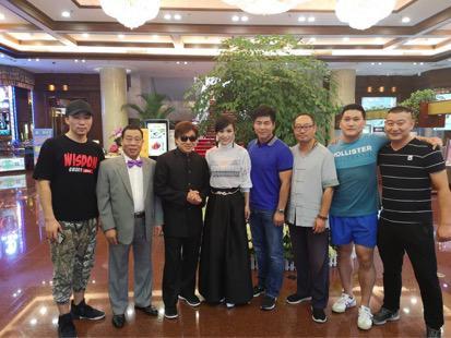 制片人曹炜陪同师父梁小龙出席《转婚》发布会