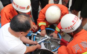 一男孩调皮脚被卡进共享单车 灵宝消防紧急救援