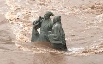 视频|宜宾苏东坡黄庭坚雕像修复后首迎洪峰岿然不动!