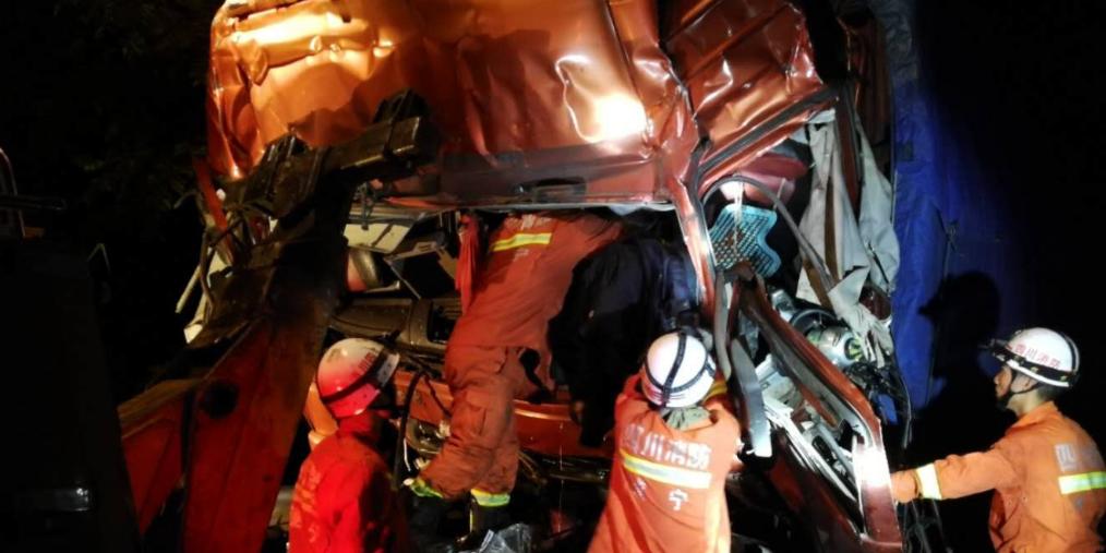 成南高速遂宁段4小时连发3起车祸6辆长途货车相撞致3人死亡