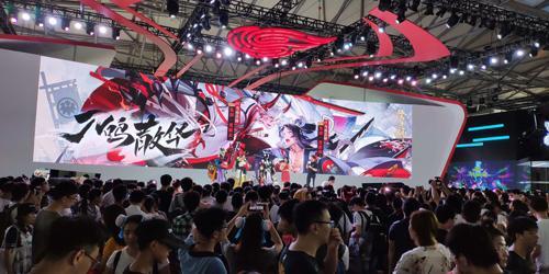 众多大牌明星推崇的设计师,居然来到了网易游戏ChinaJoy现场送定制潮T