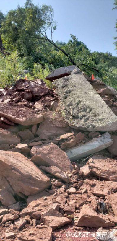 四川雅安发生山体塌方 3辆车被压道路禁止通行