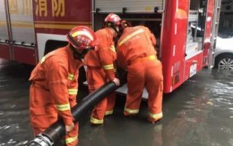 遂宁骤降暴雨引发小区内涝花溪路消防中队抽水排涝解民忧