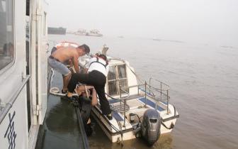 长江中漂流30公里 酒醉小伙幸运获救
