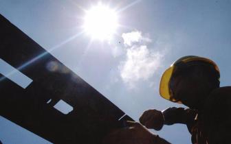 """热!珠海市住规建局给工人们准备了一个""""降温包"""""""