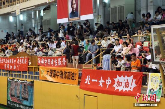 资料图:台湾地区大学入学指定科目考试(指考)开考前夕,台北市立第一女子高级中学内悬挂着为不同学校考生加油打气的横幅。陈小愿 摄