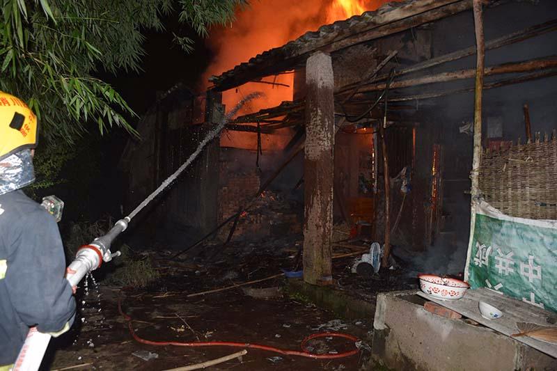遂宁农户点蚊香驱虫引燃农房房屋被烧毁所幸无人员受伤
