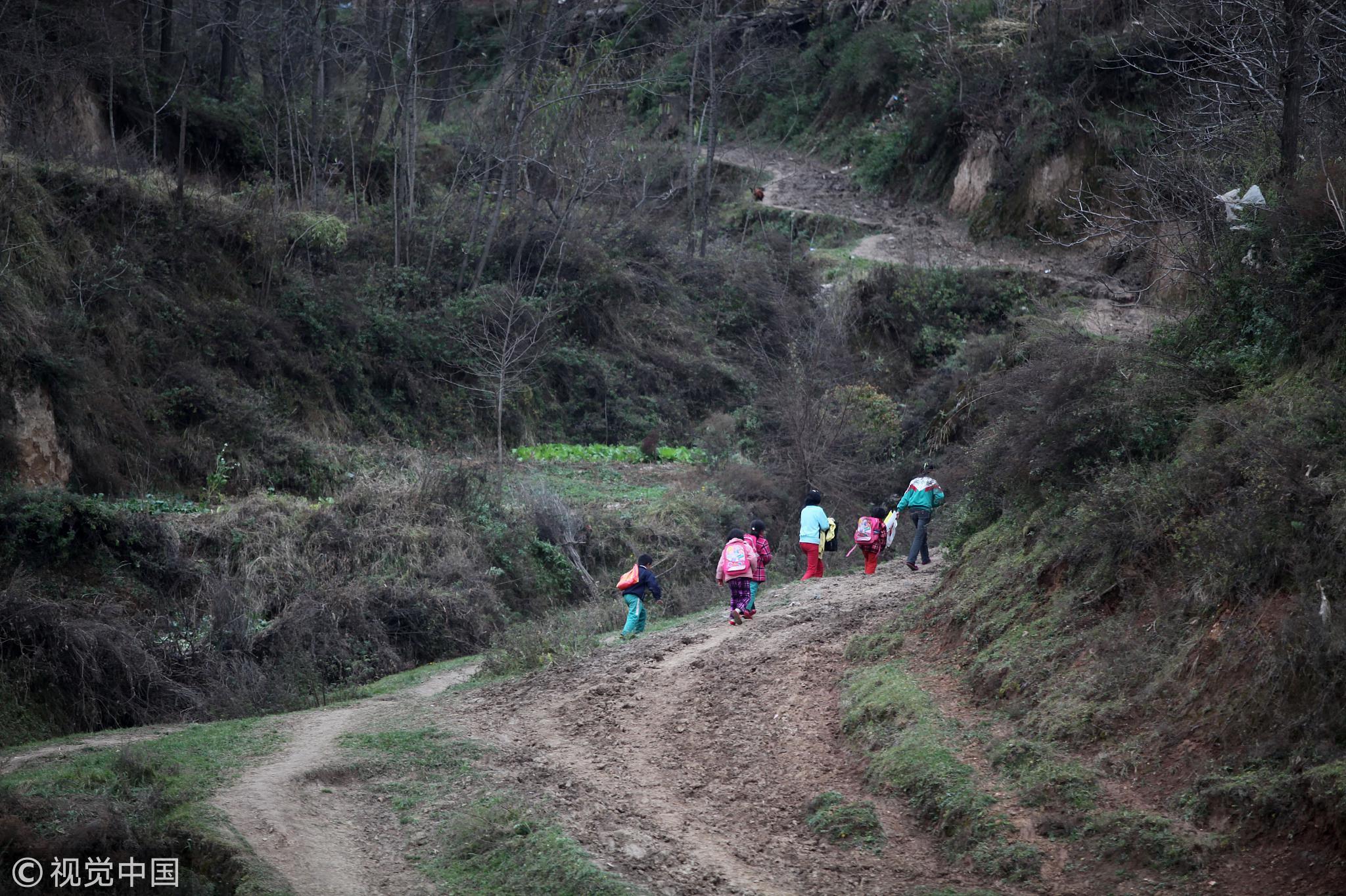 2011年11月,陕西陇县河北镇。并校后方圆十里的孩子都在韦家堡小学寄宿读书,每周回家背些干粮。 / 视觉中国